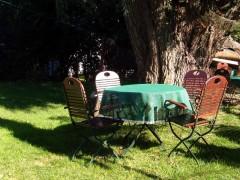 Sitzgruppe im Außenbereich des Alten Gasthauses zum Enddorn auf Hiddensee
