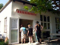 Die Eis Manufaktur Hiddensee im Sommerpalast in Vitte bietet selbstgemachtes Speiseeis