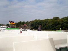 Leeres Oberdeck einer Fähre der Reederei Hiddensee auf der Rückfahrt von Kloster