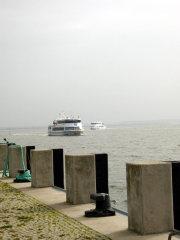 Zwei Fähren der Reederei Hiddensee laufen den Hafen in Kloster an