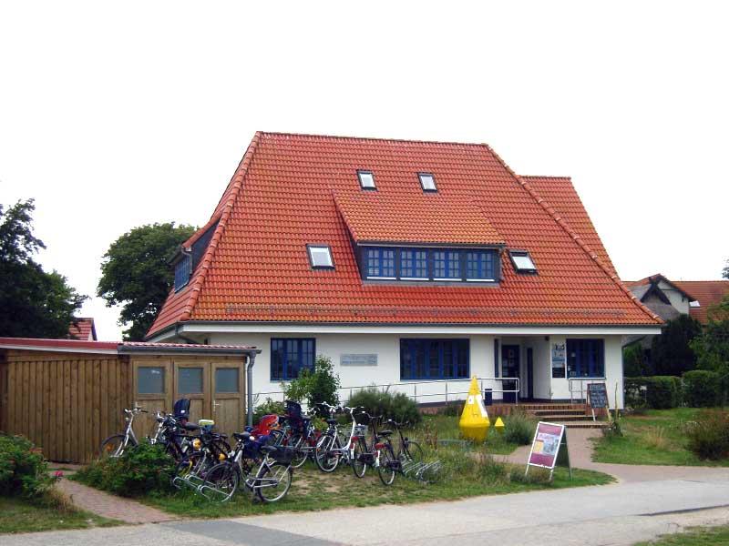Das Henni-Lehmann-Haus ist der kulturelle Anlaufpunkt in Vitte. Auch die Inselbibliothek ist hier integriert.