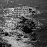 Von der Huckemauer gehen stellenweise steinerne Buhnen in die Ostsee.