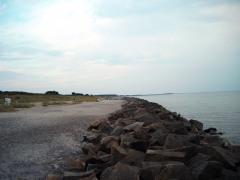 Strand bei Kloster auf Hiddensee mit Brandungsschutzmauer