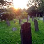Alte Grabsteine als Zeugen längst aufgegebener Gräber auf dem Inselfriedhof.