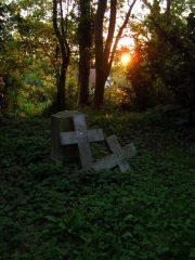 Manch alte Grabkreuze erzeugen ein Gefühl der Vergänglichkeit auf dem Inselfriedhof.