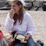 Ute Fritsch im Matrosenanzug am Strand von Kloster Hiddensee