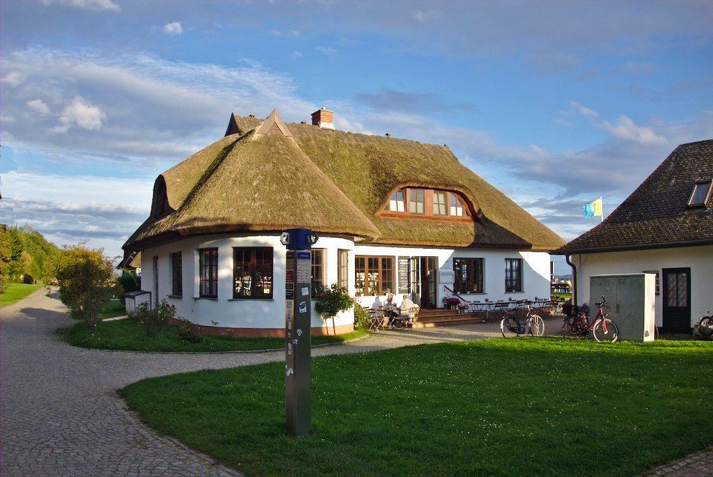 Schillings Hafenamt in Kloster auf der Insel Hiddensee in der Abendsonne