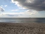 Der Strand bei Vitte kann manchmal mit Steinen versetzt sein. Meistens abgerundeter Feuerstein (Wallsteine)