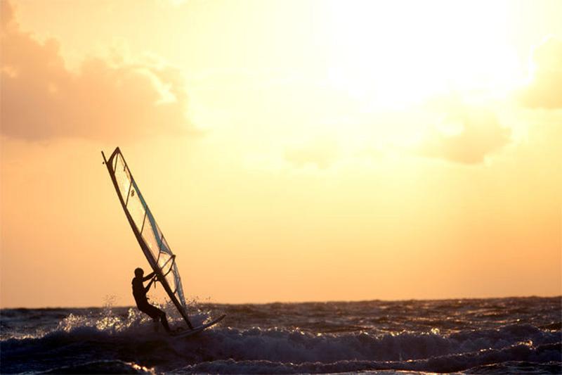 Surfer im Gegenlicht