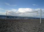 Volleyball spielen am Strand von Vitte ist möglich. Das Netz bleibt meistens wegen des Windes und vieler Steine im Sand ungenutzt.