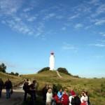 Mit Gruppe vor dem Hiddenseer Wahrzeichen - dem Leuchtturm im Hochland | Ute Fritsch